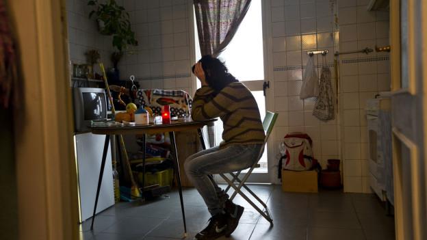 Juana M. weint in der Küche.  Sie wartet auf die Zwangsräumung ihrer Wohnung in Madrid am Freitag, 14. Dezember 2012. Juana M., 39, aus Spanien lebt in einem Miethaus mit ihren beiden Töchtern Isabel und Juani, ausserhalb Madrids und kann die Miete nicht mehr bezahlen.