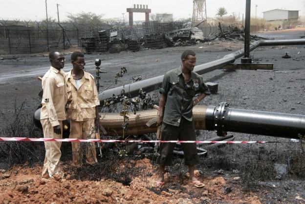 Sudanesische Soldaten sichern eine Ölpipeline.