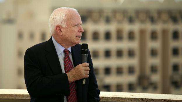US-Senator John McCain verlangt den Einsatz von Kampfjets in Syrien.