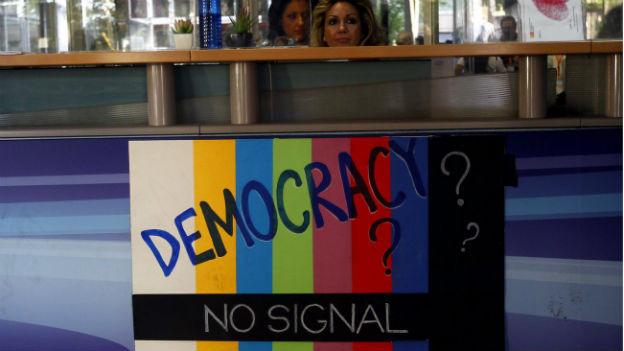 Angestellte des Senders ERT demonstrieren mit Plakaten gegen die Schliessung.