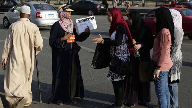 Eine ägyptische Aktivistin ermutigt Passanten,  eine Petition von «Tamarod»  (zu deutsch: «Rebell») zu unterschreiben. Es ist eine Kampagne, um den ägyptischen  Präsidenten Mohammed Mursi zu stürzen.