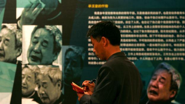 An einer Antikorruptions-Ausstellung in Peking im März 2005