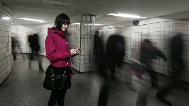 Auswandern oder bleiben? Junge Frau in Moskaus Untergrund.