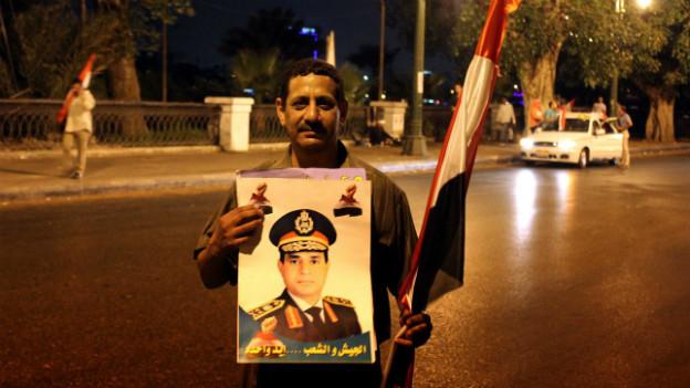Ein Demonstrant mit einem Bild des ägpytischen Armeechefs, der Mursis Absetzung verkündete.