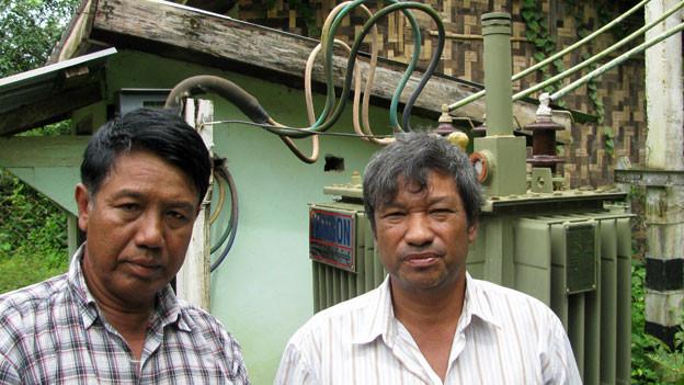 Der Strompräsident, rechts, mit einem Mitarbeiter im burmesischen Dorf Pokan.