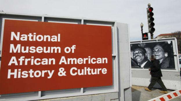Ein Plakat von Martin Luther King und seiner Frau Coretta Scott King an der Baustelle für das neue Museum in Washington DC im Februar 2012.