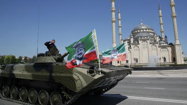 Panzer mit Tschetschenischen Flaggen in Grosny.