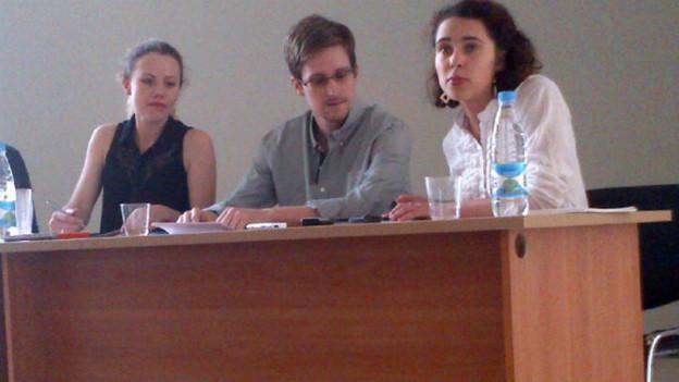Snowden mit NGO-Vertretern heute auf dem Moskauer Flughafen.