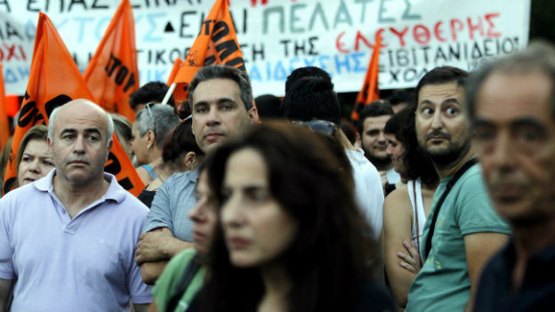 Die Griechen protestieren gegen das harte Sparprogramm der Regierung