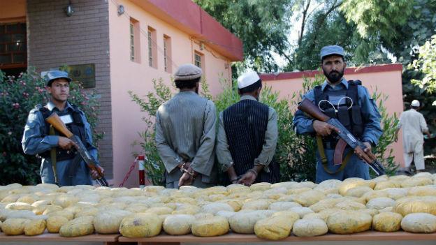 Die afghanische Polizei präsentiert 260 Kilo beschlagnahmtes Opium in Jalalabad am 29. Mai 2013