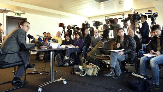 Der Genfer Staatsanwalt Yves Bertossa vor den Medien zur Affäre Cahuzac.