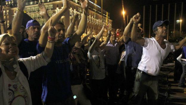 Staatsangestellte protestieren in der Nacht vor dem Parlament in Athen.