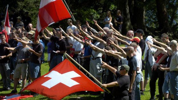 Rechtsextreme marschieren im August 2007 am Rütli auf.