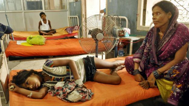 Eine Frau kümmert sich um ein krankes Mädchen im Spital von Patna.
