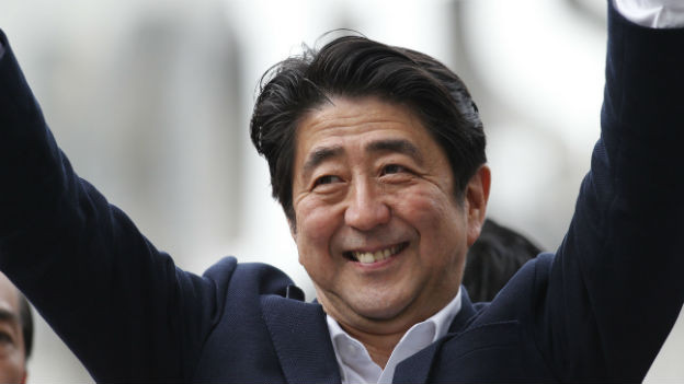 Hat gut lachen: Regierungsschef Shinzo Abe dürfte bald beide Parlamentskammern hinter sich haben.