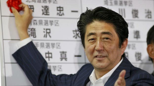 Die Koalition von Abe hat nun die Mehrheit in beiden Parlamentskammern.