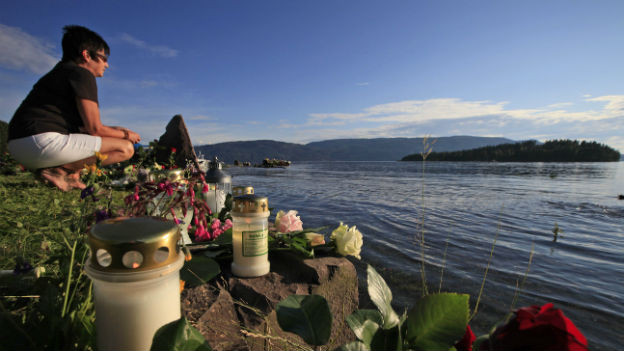 Einige der Angehörigen gedenken am Montag auf Utøya.
