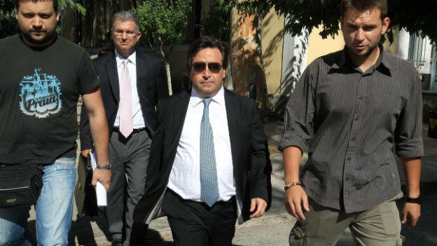 Der Reeder Restis (m) bei seiner Verhaftung am Dienstag in Athen.