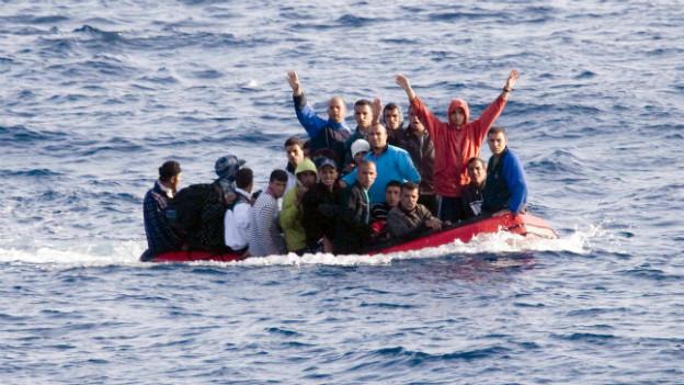 Asylsuchende in fahruntüchtigen Schiffen auf der Überfahrt nach Australien