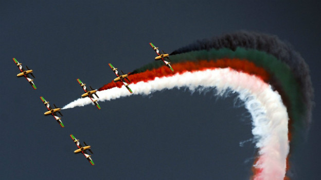 Kuwait - der Himmel in den Landesfarben: Flugperformance zum Nationalfeiertag im Februar 2013.