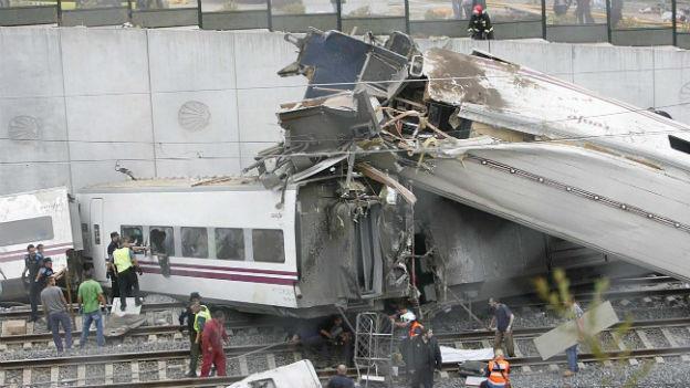 Zertrümmerte Waggons: Der Zug entgleiste mit hoher Geschwindigkeit in einer engen Kurve.