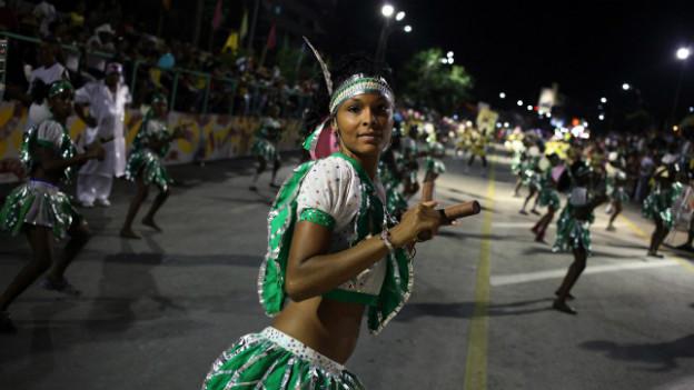 Karneval in Santiago de Cuba: doch trotz Feierlichkeiten - die Liberalisierung will nicht so recht vorwärtskommen.