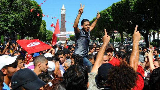 Demonstranten protestieren im Zentrum von Tunis gegen die Ermordung von Mohammed Brahmi.