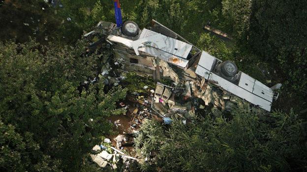 Der Bus stürzte eine Böschung hinunter.