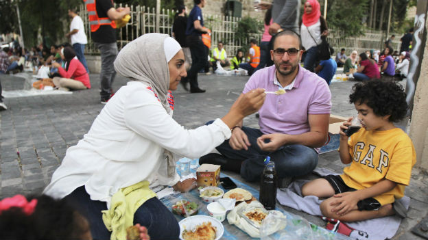 Eine Jordanische Familie beim Fastenbrechen - in Marokko oder Algerien würde dieses Verhalten bestraft.