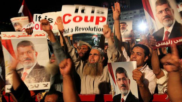 Mursi-Anhänger haben eine Marsch auf Kairos Armee-Zentrale abgebrochen.