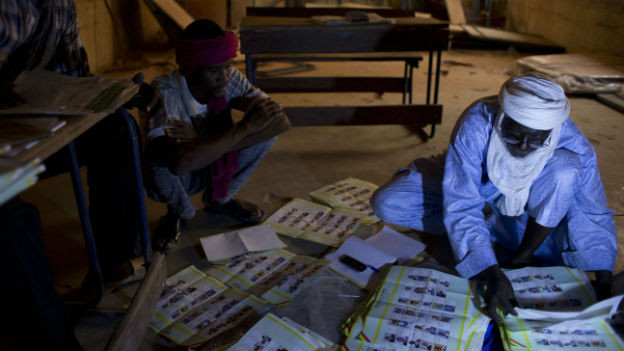 Wahlhelfer beim Stimmenzählen in der nordostmalischen Stadt Kidal.
