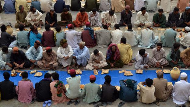 Gläubige Muslime in Pakistan warten auf das abendliche Fastenbrechen während des Ramadans