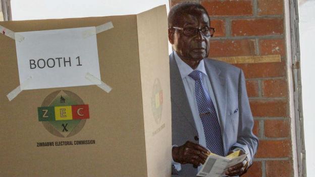 Präsident Robert Mugabe bei der Stimmabgabe.
