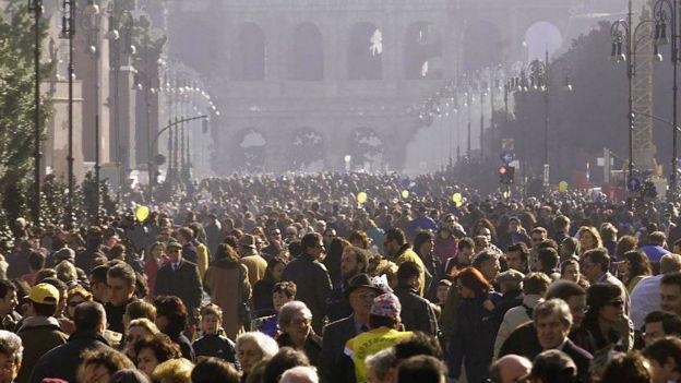 Was am 6. Februar 2000 als autofreier Sonntag ausnahmsweise möglich war, wird nun Alltag: eine Via dei Fori Imperiali ohne Verkehr.