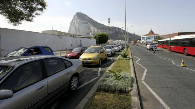 Stau am Zoll wegen verschärfter Kontrollen durch Spanien.