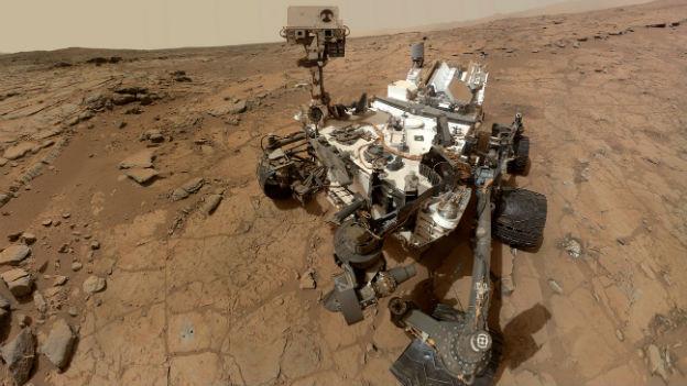 Der Mars-Roboter Curiosity ist ein fahrendes Labor mit Laser, Röntgenanalyse-Gerät, Gas-Chromatograf und diversen Strahlen-Messgeräten.