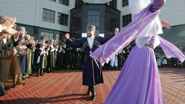 Kadyrow inszeniert sich gerne: hier als tschetschenischer Volkstänzer.