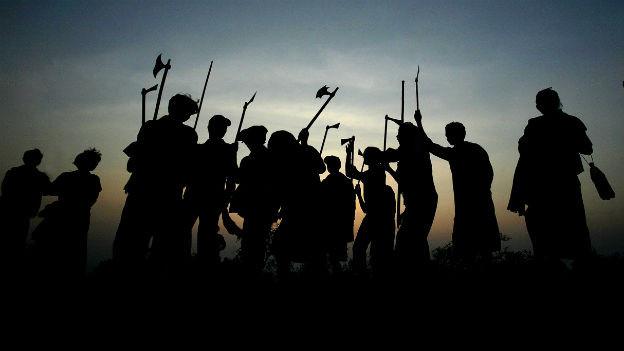 Menschen vom Stamm der Dongria Kondh tanzen während einer Feier zu Ehren ihrer Gottheit.