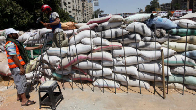 Mursi-Anhänger verstärken die Barrikaden rund um ihr Zeltlager.