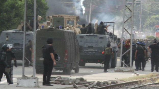 Die Polizei rückt in ein Lager der Muslimbrüder vor.