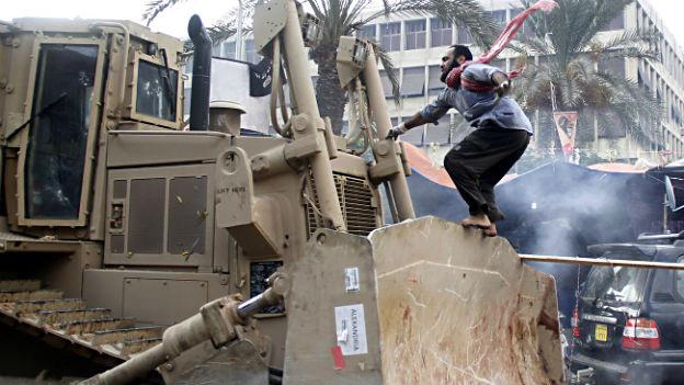 Muslimbruder gegen Bulldozer der Polizei.