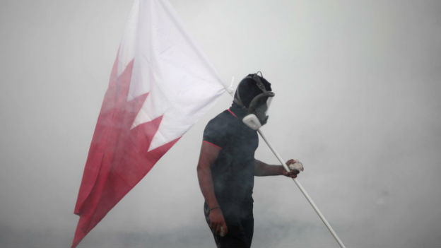 Demonstrant mit Nationalflagge von Bahrain.