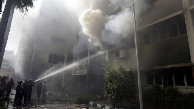 Brennendes Regierungsgebäude in Kairo.