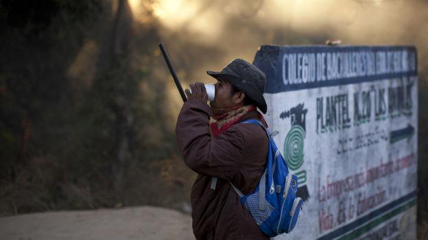 Ein Mann bewacht den Dorfeingang von El Pericon.