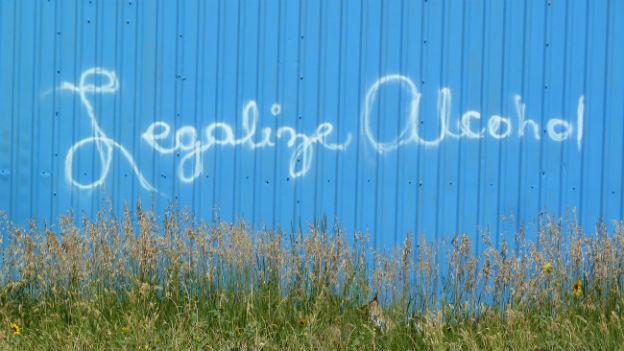 Abstimmungsslogan auf einer Wellblechwand im Reservat.