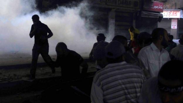 Mursi-Anhänger im Tränengas beim Ramses-Platz in Kairo