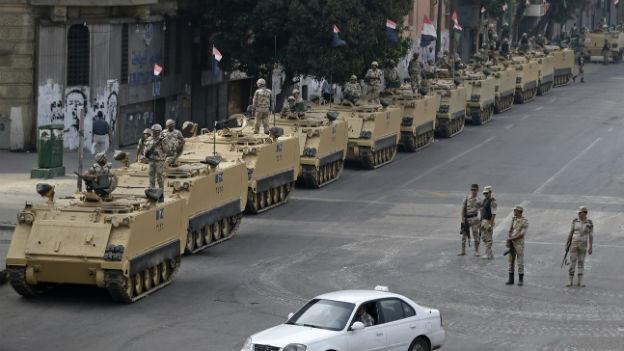 Panzer fahren im Zentrum von Kairo auf.