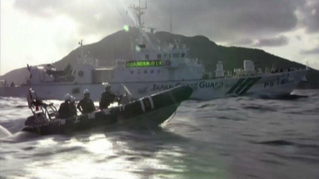 Japanische Küstenwachschiffe in der Nähe der umstrittenen Senkaku- oder Diaoyu-Inseln am 18. August 2013.