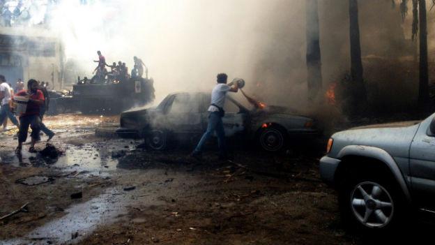 Tripoli: Männer versuchen die Brände nach dem Anschlag zu löschen.