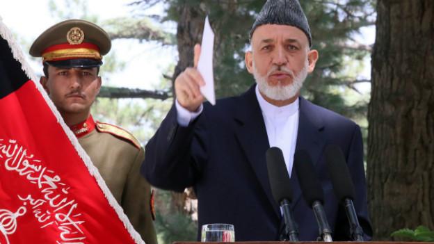 Hamid Karzai bei einer Pressekonferenz vor seinem Abflug nach Pakistan.